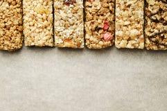 关闭健身食物用不同的种类的力量酒吧混杂的坚果 没有害处的素食甜点图的 背景 免版税图库摄影