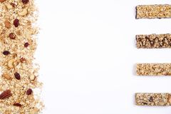 关闭健身食物用不同的种类的力量酒吧混杂的坚果 没有害处的素食甜点图的 背景 库存照片