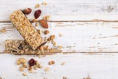 关闭健身食物用不同的种类的力量酒吧混杂的坚果 没有害处的素食甜点图的 背景 图库摄影