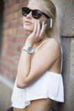 关闭偶然女孩谈话在电话 免版税库存照片