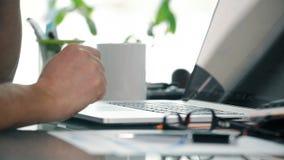 关闭偶然自由职业者研究膝上型计算机和谈话在与客户的机动性 股票录像