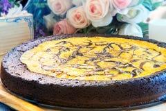 关闭充分的大磅在木板材12月的果仁巧克力乳酪蛋糕 库存照片