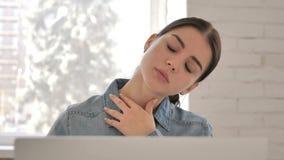 关闭充满脖子痛的疲乏的少女在工作 股票视频