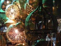 关闭光亮的灯笼在可汗el khalili与阿拉伯手写的souq市场上对此在埃及开罗 免版税库存图片
