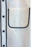 关闭公务便装的人的白色衬衣与曲线在黑线的黑色线口袋和黑按钮 免版税库存图片