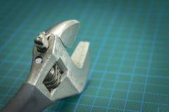 关闭六角紧固件的可调扳手 免版税图库摄影