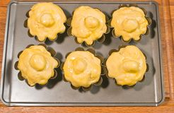关闭六,自创未煮过的奶油蛋卷小圆面包 库存图片