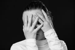 关闭关闭她的面孔的妇女的画象由棕榈 免版税库存照片