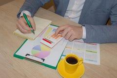 关闭写报告,计算或者检查平衡的簿记员或财政审查员手看法  家财务,投资 免版税库存照片