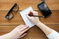 关闭写给笔记薄的妇女或学生 免版税图库摄影