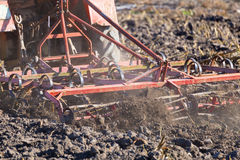 关闭农业耕犁的细节在行动的 免版税库存照片