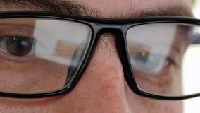 关闭冲浪在互联网的玻璃的人 UltraHD录影 股票录像