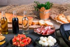 关闭准备的bruschetta成份 烹调意大利语的食品成分 开胃小菜 免版税库存图片