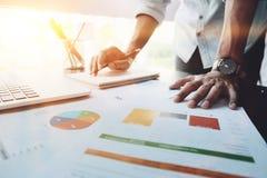 关闭分析在信息板料的企业会计的图象 B 库存图片