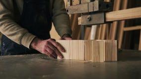 关闭切开木头的观点的木匠成片断 与电锯机器一起使用 表面上的木尘土 股票录像