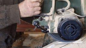 关闭切开木板条的木匠 免版税库存图片