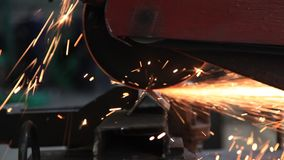 关闭切开钢的金属锯 股票录像