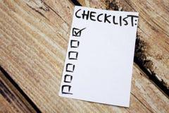 关闭别针和做名单在稠粘的笔记的清单词有木背景 免版税图库摄影