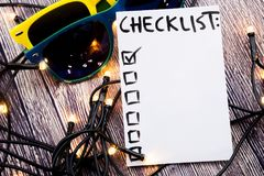 关闭别针和做名单在稠粘的笔记的清单词有木背景 库存图片