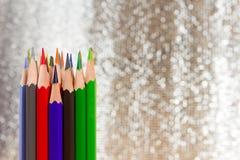 关闭削尖在bokeh背景的颜色铅笔与拷贝 图库摄影