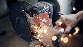 关闭削尖轴的铁匠的手 影视素材