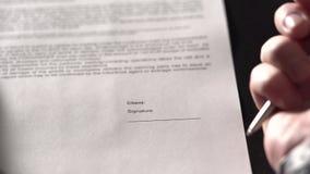 关闭办公室工作者手的射击,签署协议 影视素材
