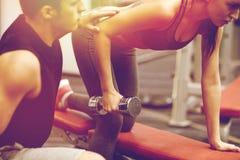 关闭加上行使在健身房的哑铃 免版税库存图片