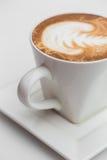 关闭加奶咖啡咖啡杯 在木桌上的拿铁艺术在咖啡馆 库存图片