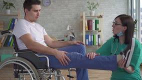 关闭医生审查一废人的腿轮椅的 影视素材