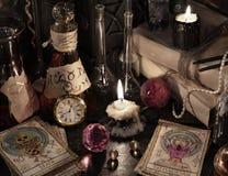 关闭占卜用的纸牌、不可思议的书和蜡烛 免版税库存图片