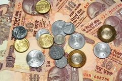 关闭印地安人与印地安硬币的10卢比钞票 免版税库存照片
