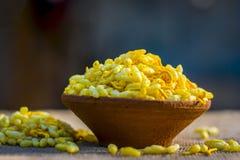 关闭印地安快餐在黏土碗的Sev Mumra 免版税图库摄影