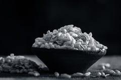 关闭印地安快餐在黏土碗的Sev Mumra 免版税库存图片