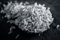 关闭印地安快餐在黏土碗的Sev Mumra 免版税库存照片