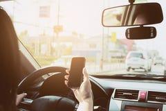 关闭危险地驾驶汽车的夫人,当使用手机时 库存图片