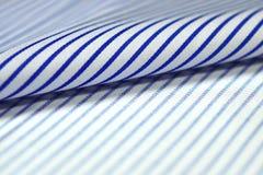 关闭卷稀薄的蓝线和衬衣白色织品  免版税库存照片