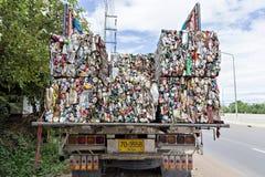 关闭压缩的铝罐为回收 库存照片