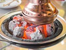 关闭发光的热的木炭,为牛排烤使用 免版税库存照片