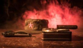 关闭古巴雪茄和烟灰缸在木桌上 共产主义独裁者司令员桌在暗室 军队普通工作 免版税库存图片