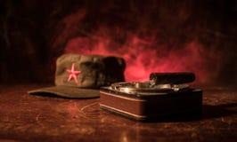 关闭古巴雪茄和烟灰缸在木桌上 共产主义独裁者司令员桌在暗室 军队普通工作 图库摄影