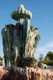 关闭古老石头,有青蛙的石灰石喷泉在前面 位于一座老童话城堡的庭院 免版税图库摄影