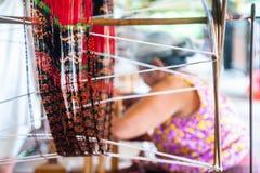 关闭古色古香的与五颜六色的轮子松捻大麻制成的绳索螺纹 免版税图库摄影