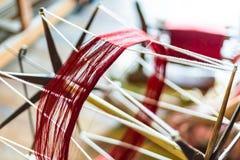 关闭古色古香的与螺纹红色的轮子松捻大麻制成的绳索工作 免版税库存照片