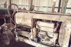 关闭古色古香的农场设备在一个老谷仓 免版税库存图片