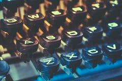 关闭古色古香的打字机关键字 老手工减速火箭的钥匙, Vint 免版税图库摄影