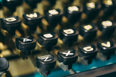 关闭古色古香的打字机关键字 老指南 图库摄影