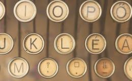 关闭古色古香的打字机钥匙照片  库存照片
