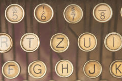 关闭古色古香的打字机钥匙照片  免版税库存图片