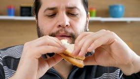 关闭吃三明治的有胡子的人 股票录像