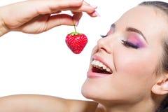 关闭吃与闭合的眼睛的女孩草莓 库存图片